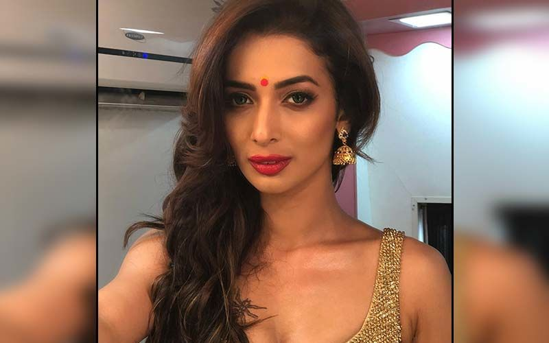 Heena Panchal Does The Famous Towel Dance Tantalizing Her Fans With Her Luscious Looks