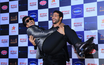 MC Sher Siddhant Chaturvedi Does Bicep Curls Holding Murad Ranveer Singh, Gully Boys Are On Fire - Watch Video