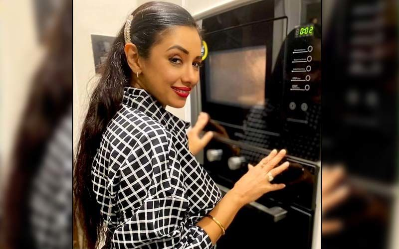 Anupamaa Actress Rupali Ganguly 'Checks' On Her Food To Avoid Wrecking; Slays In A Black And White Shirt