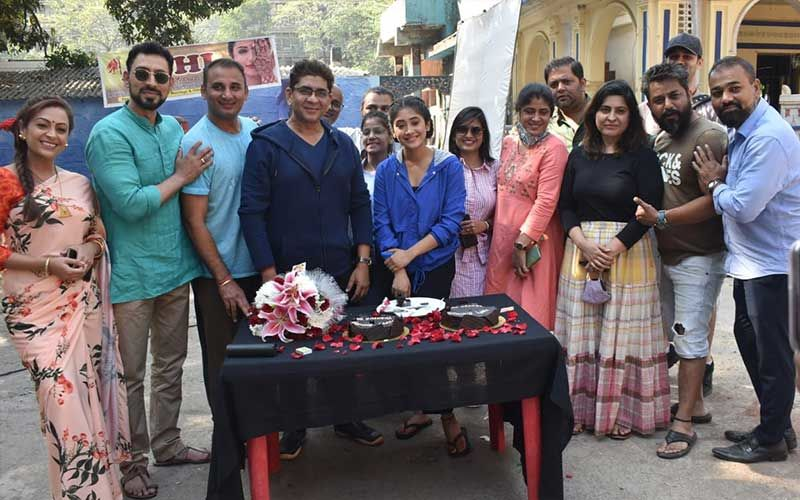 Yeh Rishta Kya Kehlata Hai Cast And Crew Celebrate Shivangi Joshi's Mom's Birthday On The Set; Actor's Mom Enjoys A Cake Cutting Session-PICS