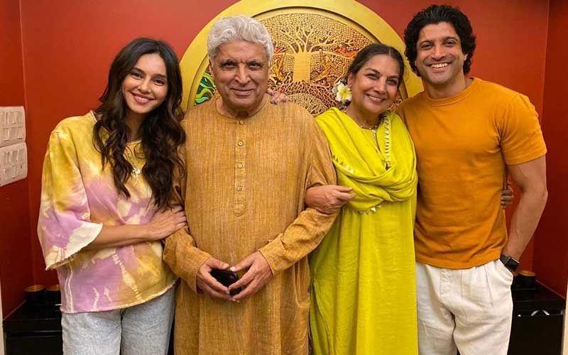Shabana Azmi Posing With Javed Akhtar, Farhan Akhtar And His Ladylove Shibani Dandekar Is Sweet; This Family Photo Is All About 'Hassi Khushi'