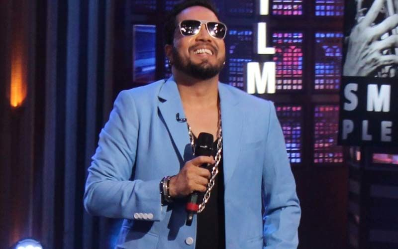 Mika Singh's Car Breaks Down At 3 AM Amidst Heavy Rains; Hundreds Of Fans Rush To His Rescue In No Time