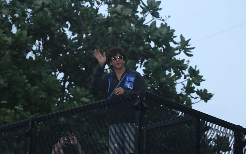 Shah Rukh Khan Proves He Is A Crowd Puller As He Makes An Appearance To Wish Fans From Mannat: Watch Video