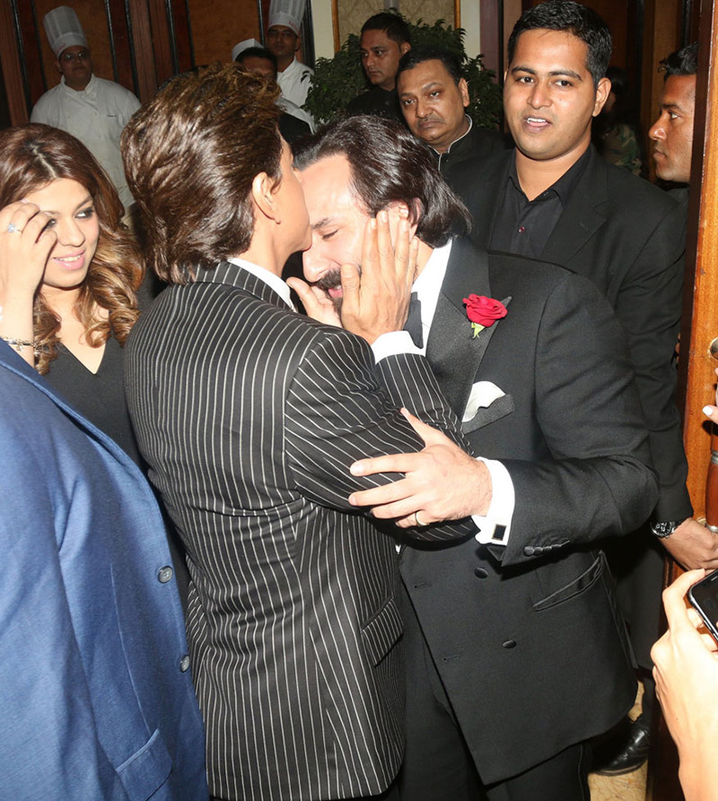 Shah Rukh Khan Kisses Saif Ali Khan At The Vogue Beauty Awards 2018