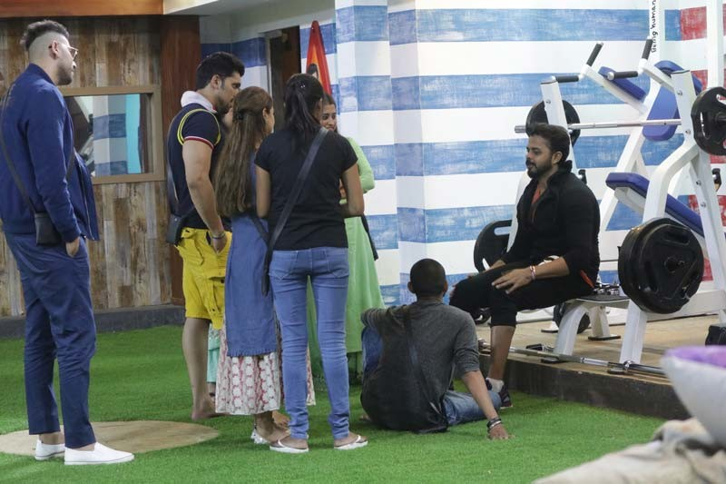 Sreesanth Interacts With The Other Contestants
