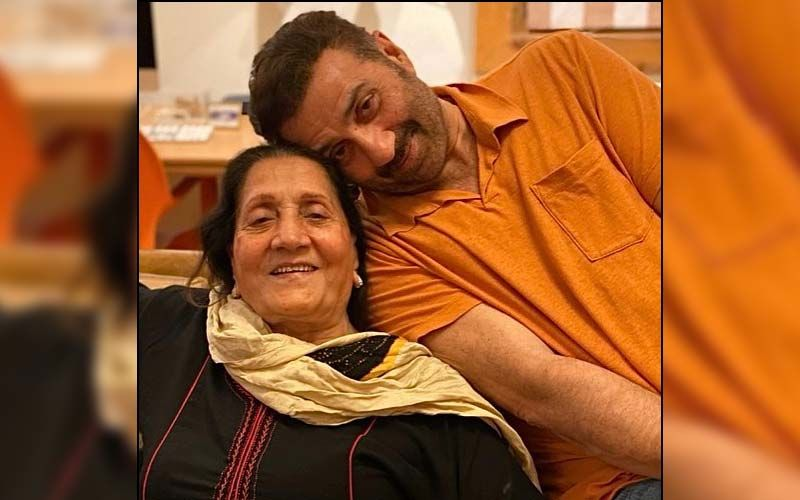 Sunny Deol Wins The Internet As He Helps Mom Prakash Kaur With Her Dupatta At The Airport; Fans Say, 'Beta Ho Toh Aisa'-WATCH