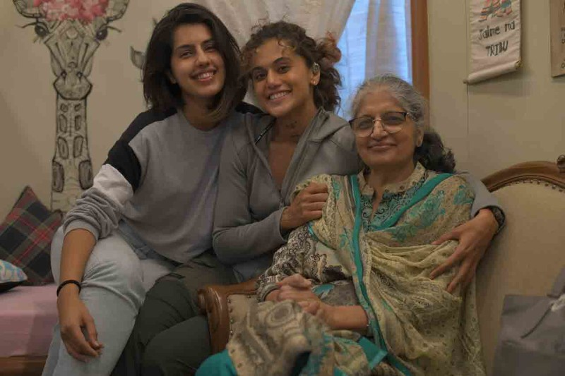 Taapsee Pannu with her mom and sister