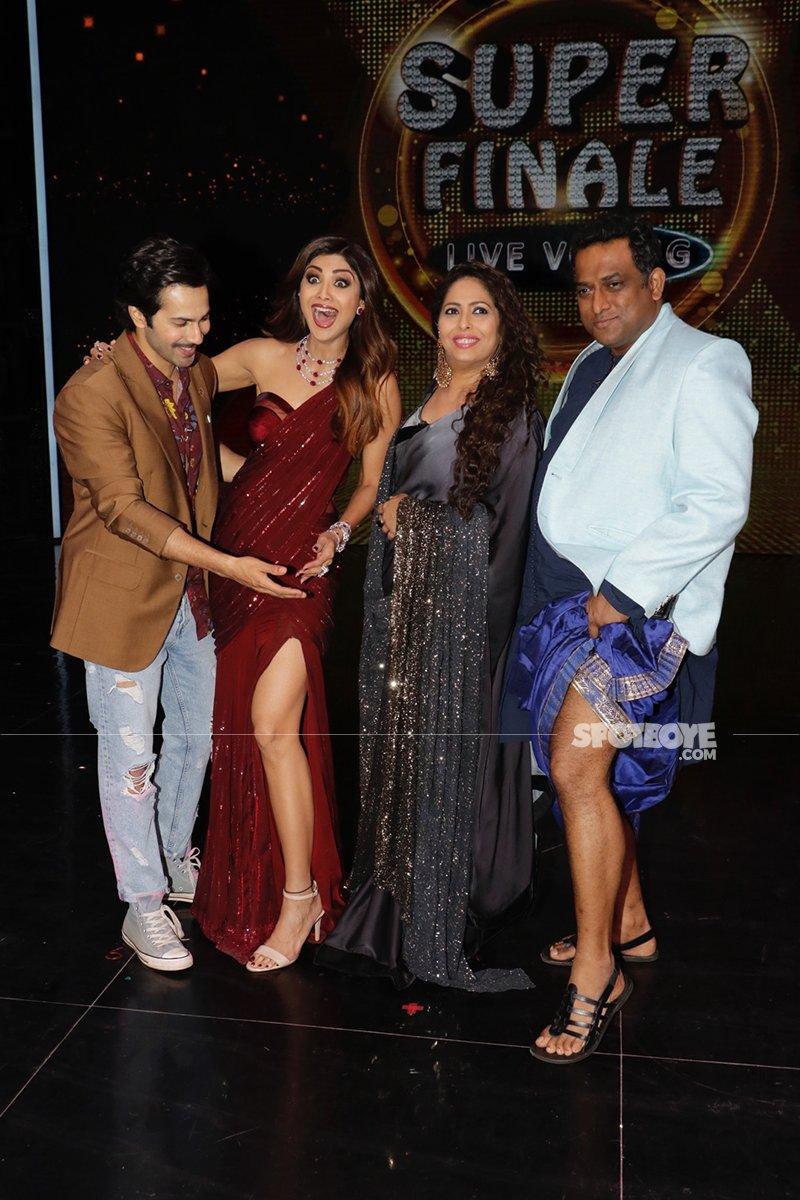 Varun Dhawan Smiles At Anurag Basu Trying To Ape Shilpa Shetty Thigh High Slit Saree