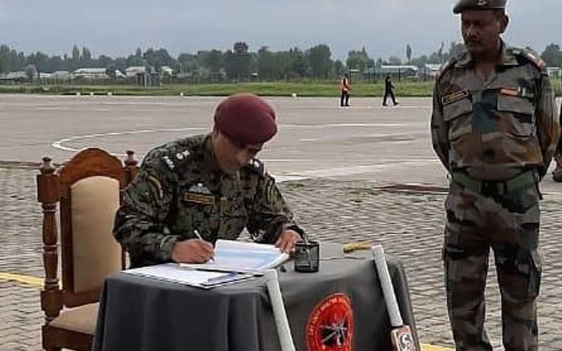 A Throwback Picture of MS Dhoni, As The Lieutenant Colonel, Is Going Viral Only Because Of His Well Placed Cricket Bats