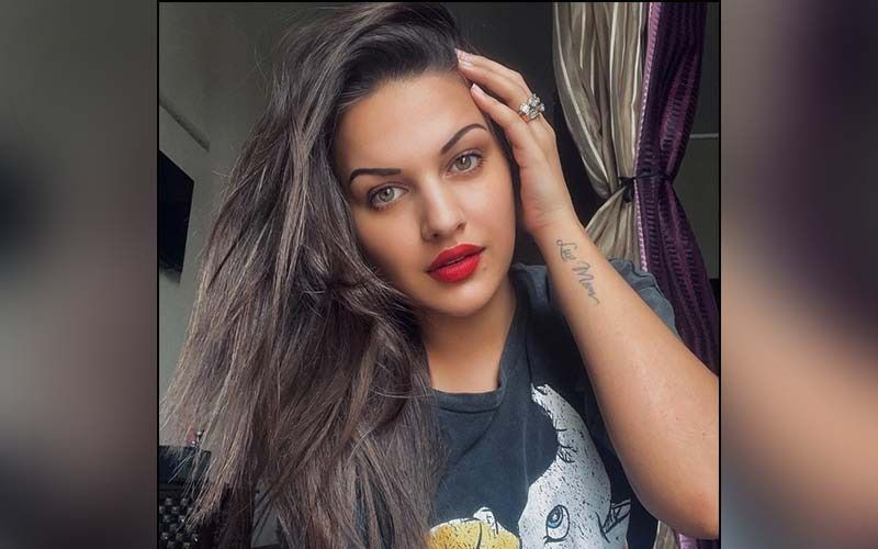 Himanshi Khurana Wins Over the Internet As She Drops Her Video of Playing Cricket With Kids On The Road; Watch
