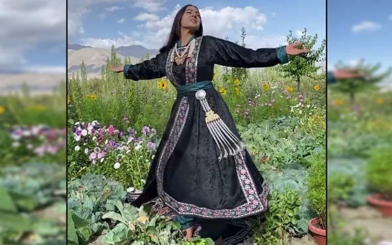 Sara Ali Khan, Clad In Ladakhi Goncha, Twirls On 'Yeh Kahaan Aa Gaye Hum' In A Meadow Of Flowers In Ladakh; Watch Video