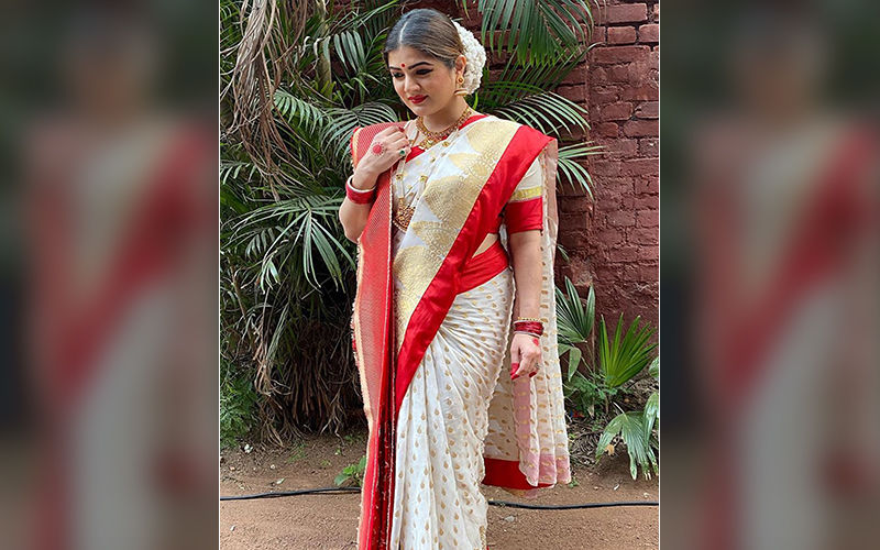 Actress Srabanti Chatterjee Looks Ethereal In A Traditional Bengali Saree