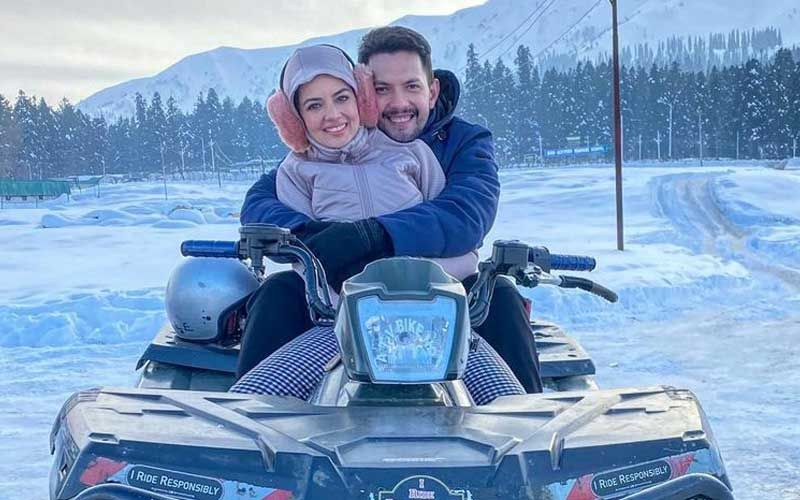 Aditya Narayan Drops Yet Another Romantic Picture With Wife Shweta Agarwal From Their Honeymoon In Kashmir; Snow Clad Mountains And Roads Can't Be Missed