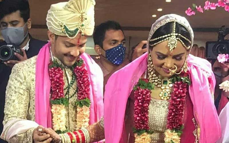 Aditya Narayan-Shweta Agarwal's FIRST Wedding Picture Out; They Are Now Officially Hitched