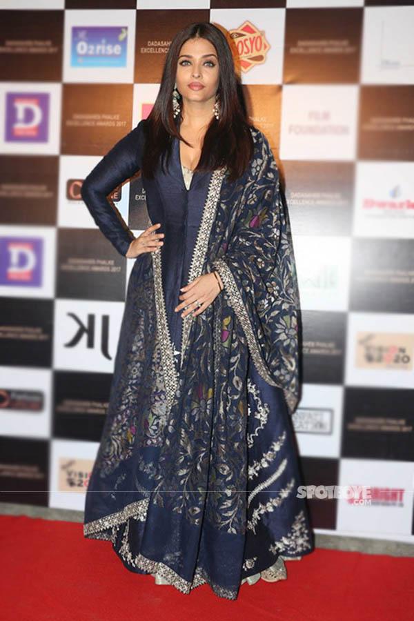 aishwarya rai bachchan at the dadasaheb phalke excellence award 2017 in a royal blue silk outfit