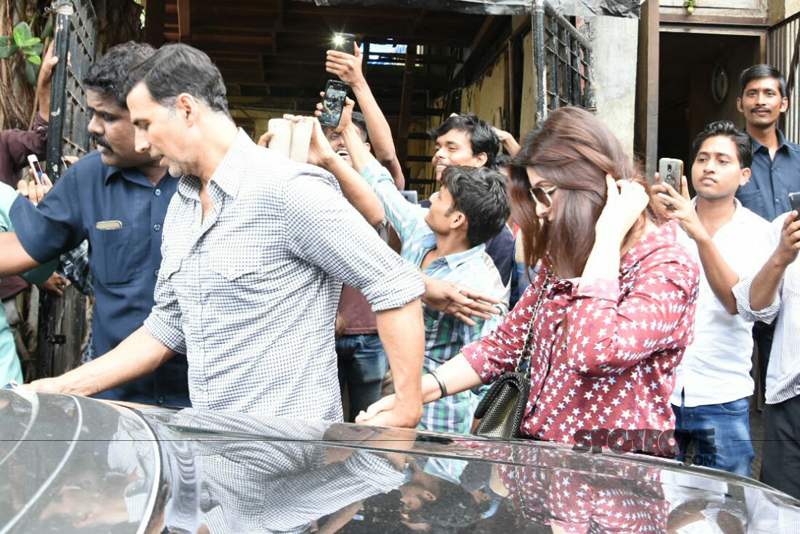 akshay kumar holds wife twinkle hand