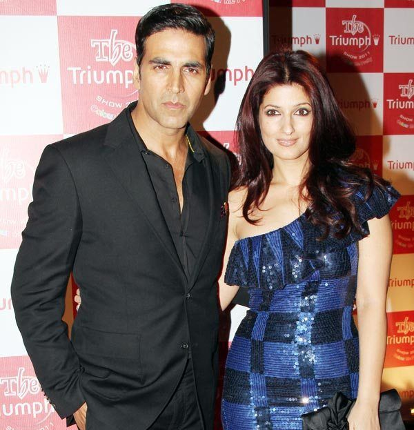 akshay kumar and twinkle khanna pose at an event