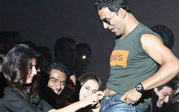 Blast From The Past: When Twinkle Khanna Was Arrested For Unzipping Akshay Kumar's Jeans In The Middle Of A Show