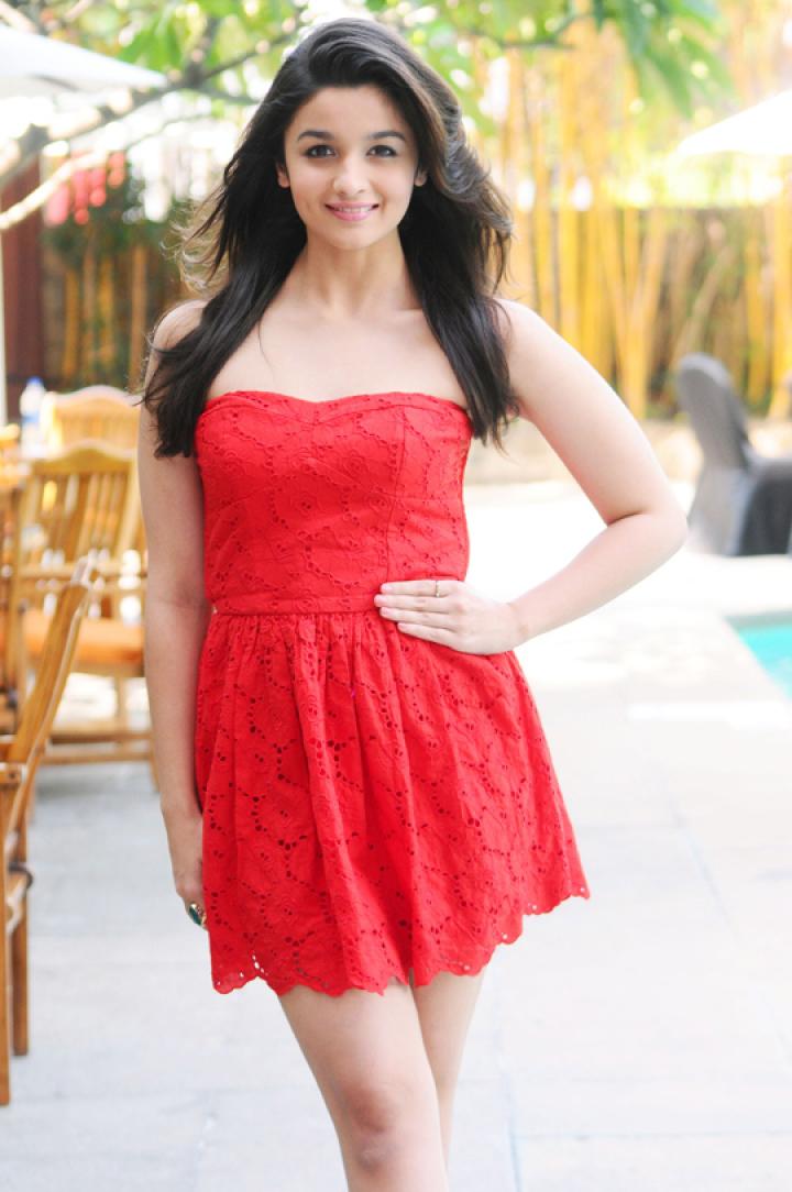 alia bhatt looks hot in a short red dress