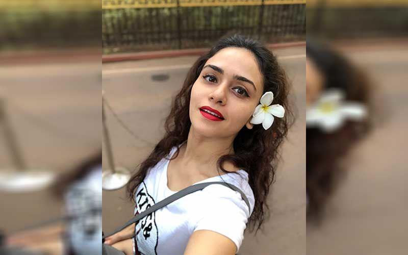 Amruta Khanvilkar's Curvy Look In A Hot Green Saree Making Heads Turn