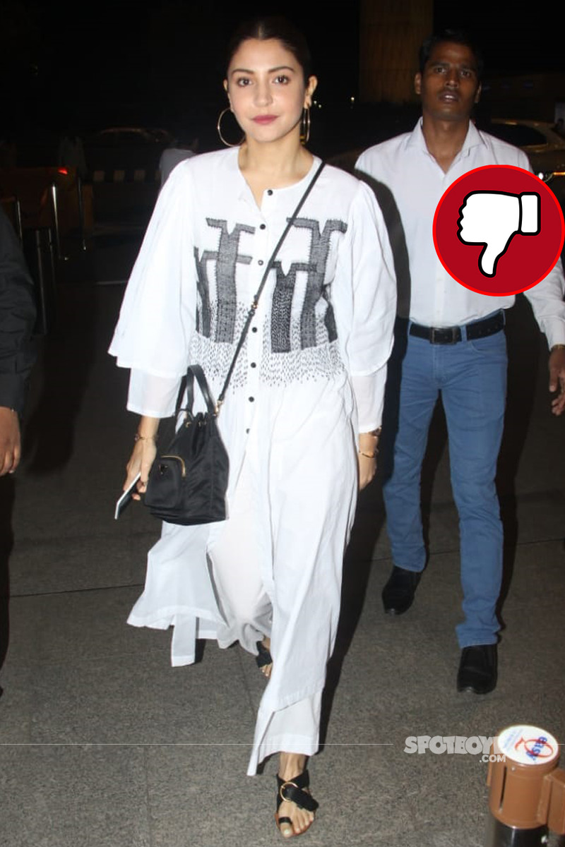 anushka sharma snapped at the airport