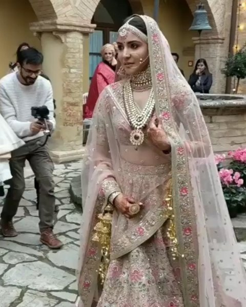 anushka sharma wedding outfit