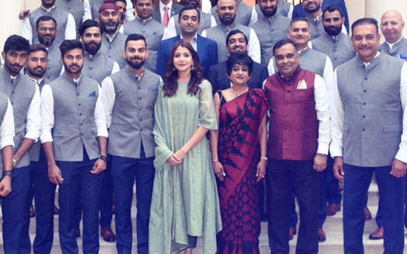भारतीय उच्चायोग में टीम इंडिया के साथ नज़र आई अनुष्का शर्मा, मचा बवाल