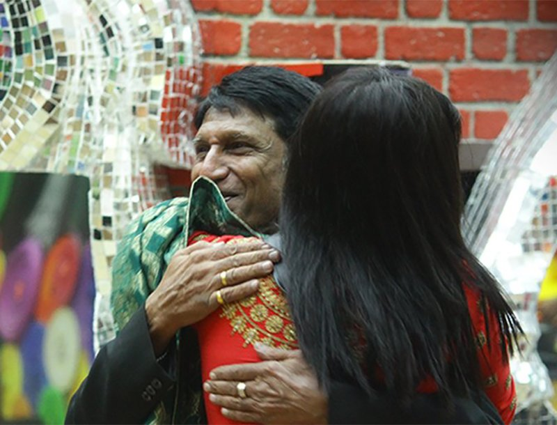 arshi khan hugs her father