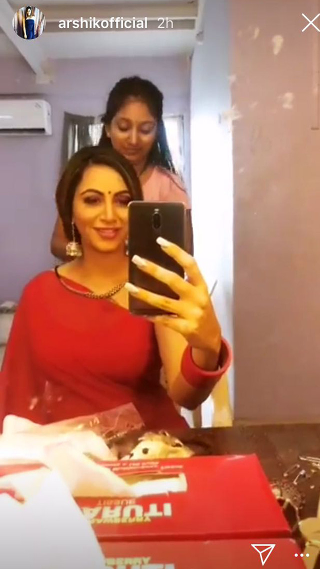 arshi khan poses for a selfie