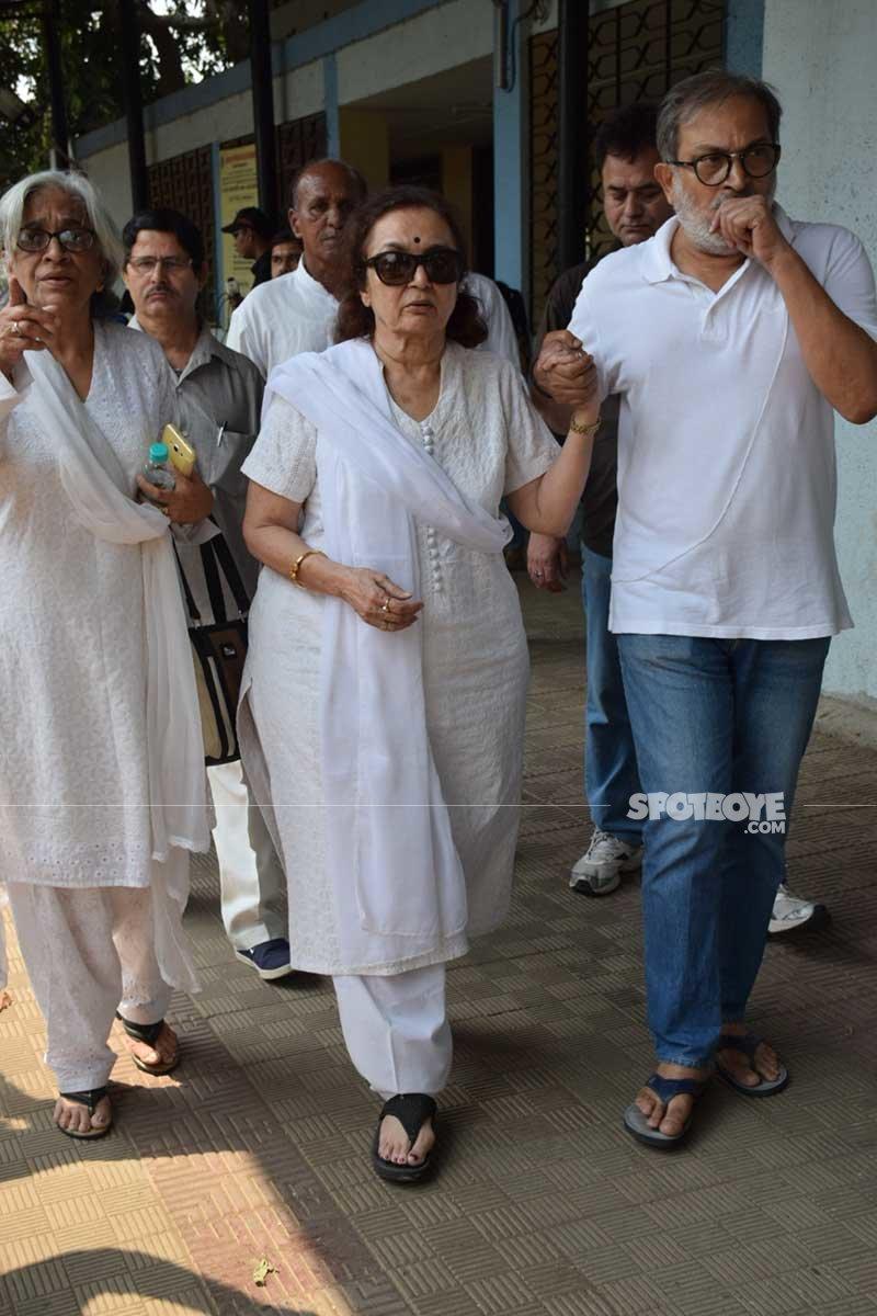 asha parekh makes way to the cemetary