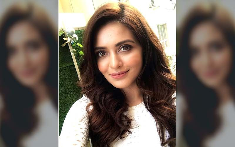 Priyanka Sarkar Enjoys Her Self-Quarantine Days Reading Books, Shares Pic On Instagram
