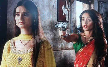 OMG! Meera guns down Vidya in Saath Nibhana Saathiya!!
