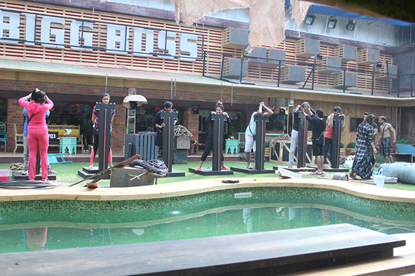 contestants performing the luxury budget task in bigg boss 11