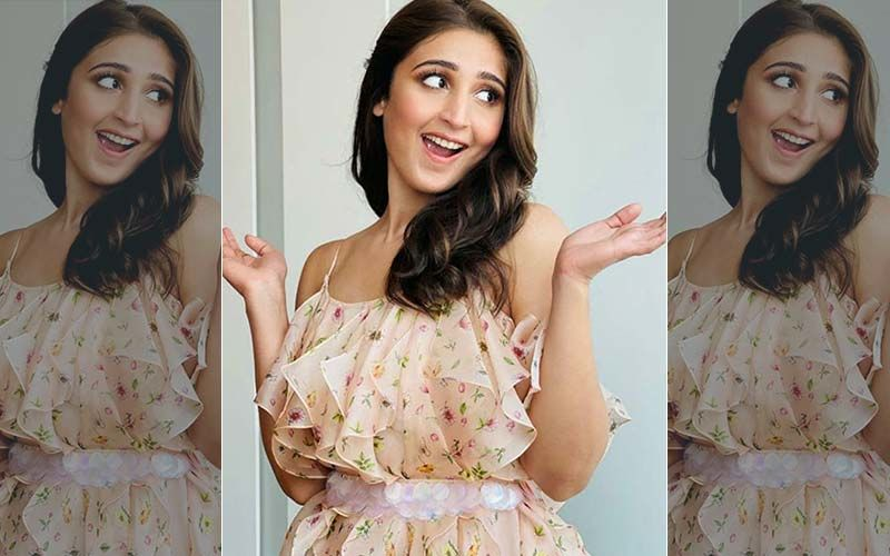 Nayan Singer Dhvani Bhanushali Gets Into The Festive Spirit; Beams With Joy As 'It's Beginning To Look A Lot Like Christmas'