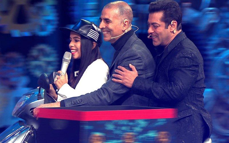 BIGG BOSS 11 LIVE UPDATE: Salman Khan & Akshay Kumar ZIP THROUGH On A SCOOTER With Dhinchak Pooja