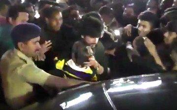 SRK-AbRam get mobbed in Bhuj