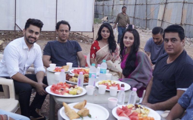 Ek Bhram - Sarvagun Sampanna Star Cast Enjoys Iftaari Together- See Pics