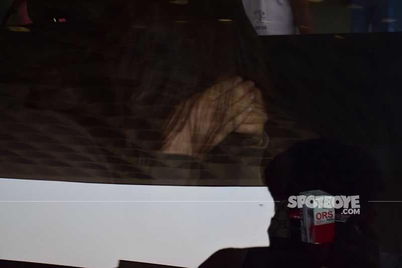 elle avrram hides her face