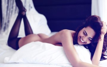 Esha Gupta Bares Her Butt; Is This A Reply To The Trolls?
