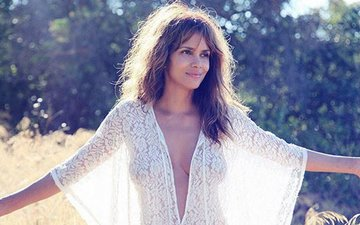 Hollywood Sensation Halle Berry Is In Mumbai & Living The  City Vibes!