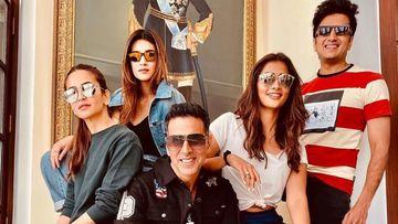 Housefull 4 Express Videos: Akshay Kumar, Riteish Deshmukh, Kriti Sanon Show Off Their Antakshari Skills; Bobby Deol Is The Silent Spectator