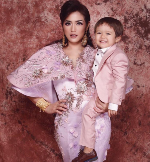 inijedar with her son