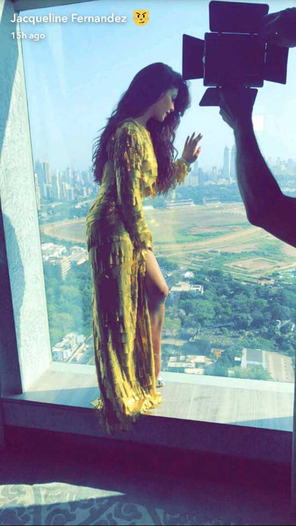 jacqueline fernandez confused whether to wear a gold gown for justin beiber purpose tour in india