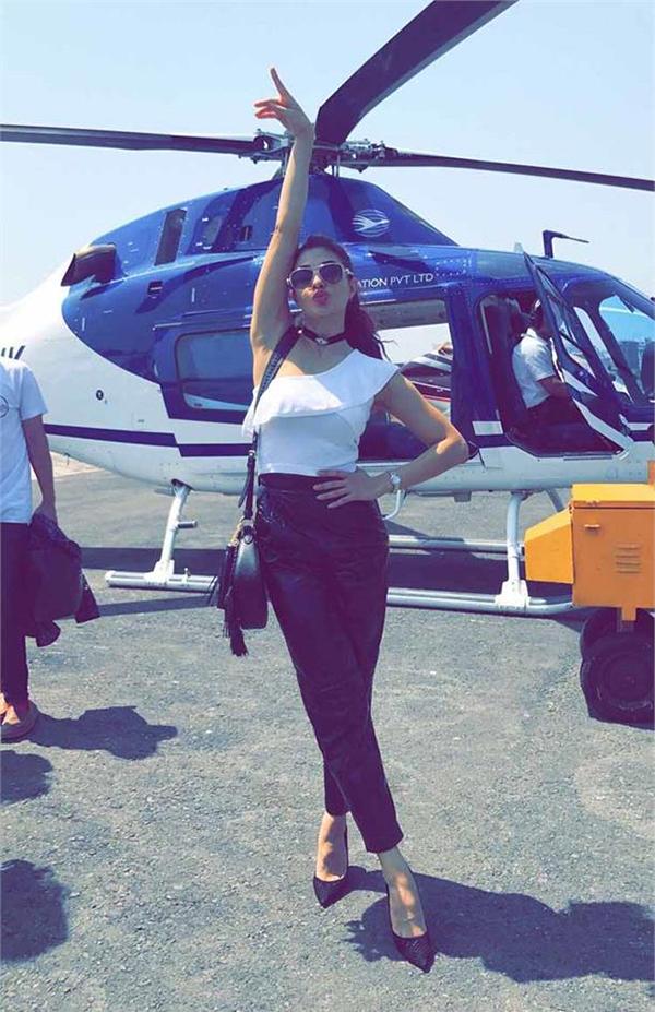 jacqueline fernandez lands at justin bieber concert in a helicopter