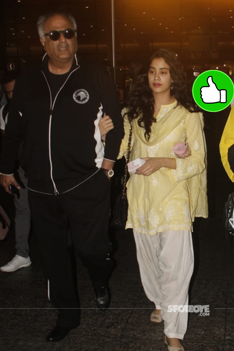 janhvi kapoor snapped with boney kapoor at the airport