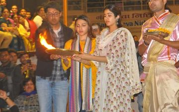 Janhvi Kapoor Performs Ganga Aarti In Varanasi With Friends, The Pictures Are A Visual Treat