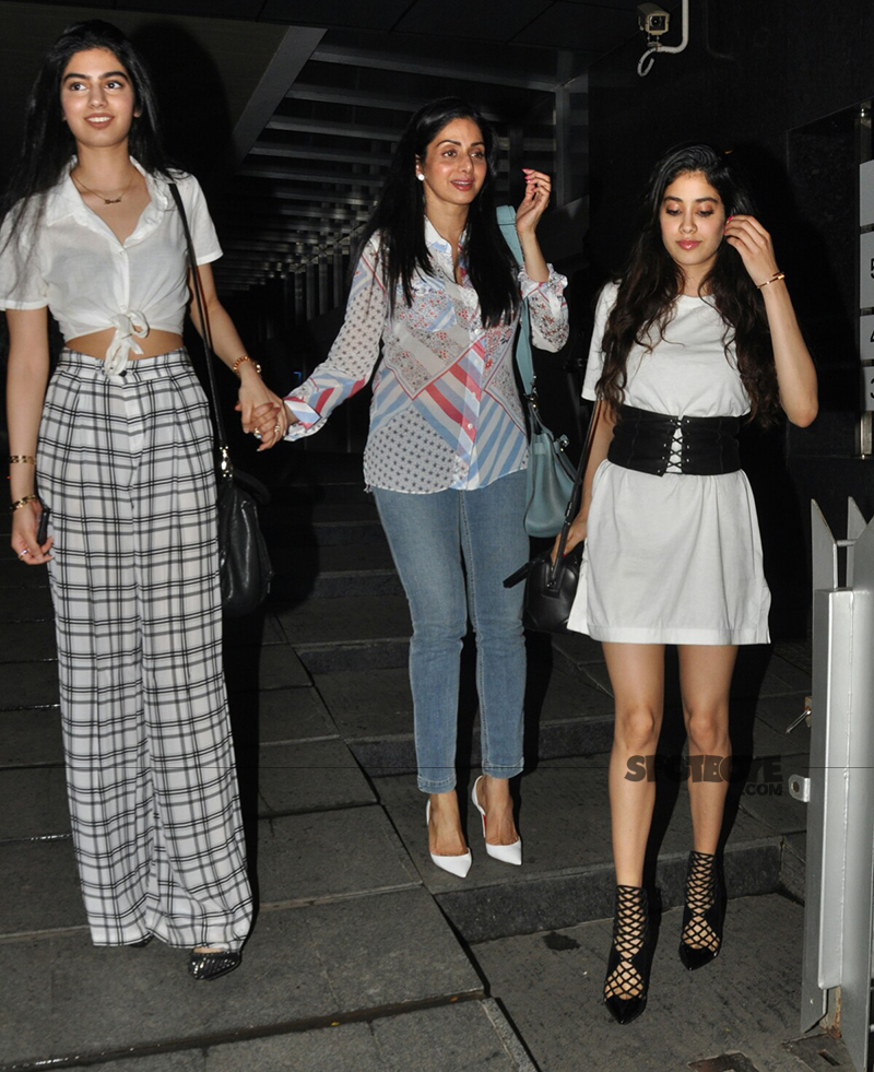 jhanvi kapoor with mom sara ali khan and sister khushi