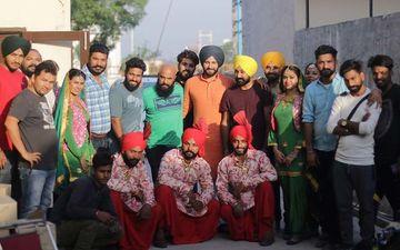 Jobanpreet Singh Strikes Pose With Entire Team of 'Saak'- SEE PIC