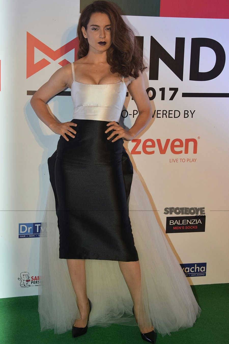 kangana ranaut poses for the media