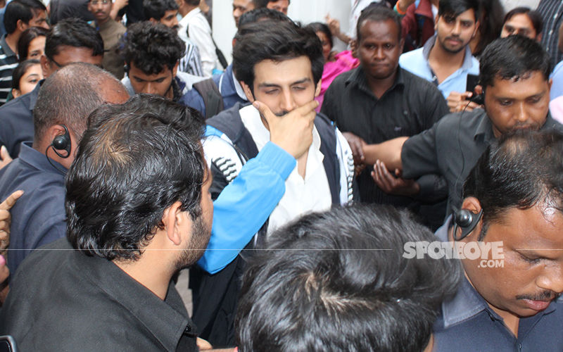 Kartik Aaryan Mobbed In New Delhi; Guards His Look Of Aaj Kal